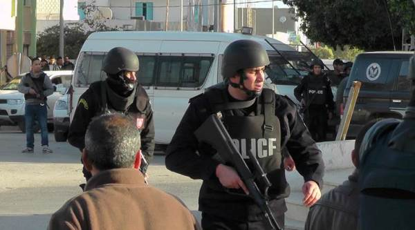 Tunisian police officers take positions during fightings with Islamic State group militants in Ben Guerdane, 650 km away from Tunis, Monday, March 7, 2016. Tunisia's prime minister says an attack by extremist gunmen on a Tunisian town near the Libyan border was an effort by the Islamic State group to establish a stronghold in the region. (AP Photo)