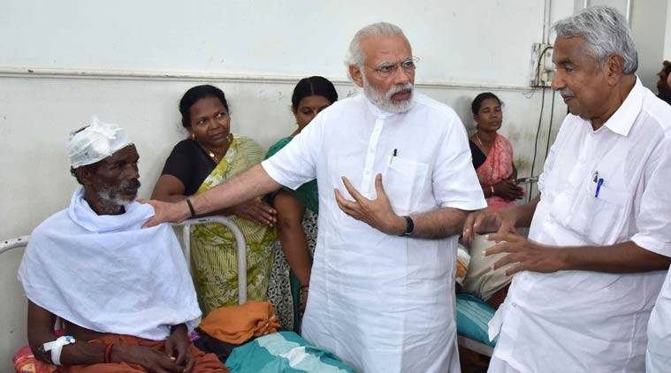 PM Modi went to Kollam district hospital to meet the victims of Kollam fire tragedy, with Kerala CM Oommen Chandy. (Source: PIB)