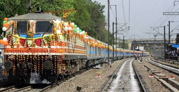 Gatimaan Express, Nizammuddin Railway Station, new era train, Gatimaan, Gatimaan train, Gatimaan Express train, train pictures,suresh prabhu,irctc, indian railways, indian rail, train, book tickets, train ticket, indian express