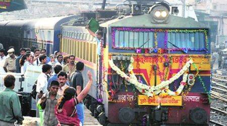 AC in Mumbai-Pune Deccan Queen fails, passengers hold back train