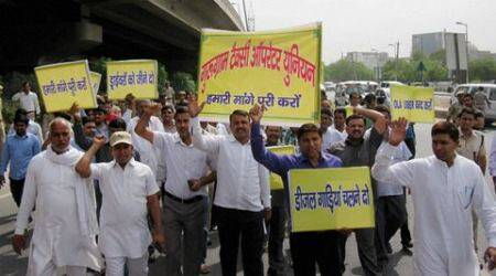 SC ban on diesel taxis: Cab drivers protest outside Kejriwal's residence