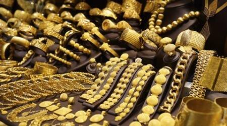 Gold futures fall lower by over 1 per cent amid weakening global trend