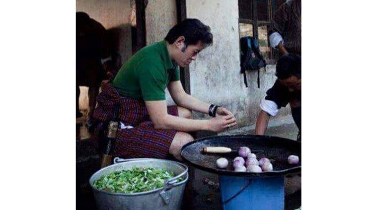 Jigme Wangchuk, King of Bhutan, King of Bhutan chops vegetables, Jigme Wangchuk viral photo, King of Bhutan viral photo, Bhutan king viral photo,