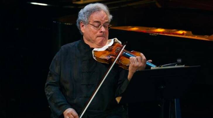 Violinist Itzhak Perlman performs during a tribute concert to composer Marvin Hamlisch in New York, New York, United States on September 18, 2012.  REUTERS/Lucas Jackson/File Photo