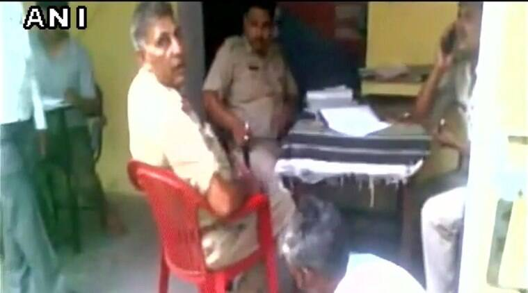 Complainant forced to clean the shoes of police officials in UP - Dinamalar (source: ANI)