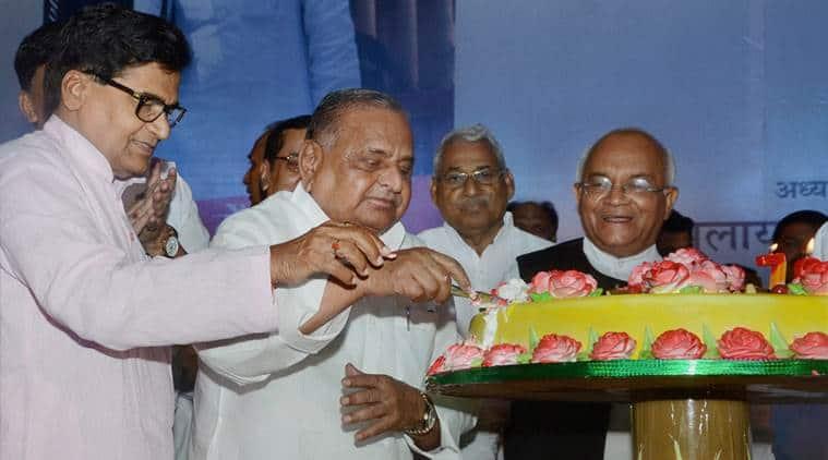 लखनऊ: समाजवादी पार्टी के सुप्रीमो मुलायम सिंह यादव (दाएं) भाई और पार्टी के वरिष्ठ नेता राम गोपाल यादव के साथ बुधवार को लखनऊ में 70 वें जन्मदिन के जश्न के दौरान केक काट रहे थे।  PTI फोटो नंद कुमार द्वारा (PTI6_29_2016_000067B)