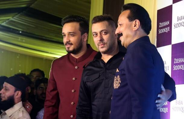 Salman Khan, Katrina Kaif, salman Katrina, Katrina salman pics, salman, baba siddique, salman khan at iftar party, baba siddique's iftar party, Salman Khan photos, amadan party, bollywood news, Salman Khan party, Salman Khan iftar party, entertainment photos
