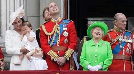 Queen Elizabeth, in bold green at 90th birthday parade, causessensation