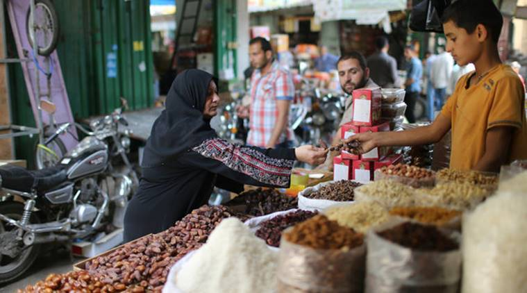 Palestinians shop in a market ahead of the Muslim fasting month of Ramadan in Khan Younis in the southern of Gaza Strip June 5, 2016. REUTERS/Ibraheem Abu Mustafa