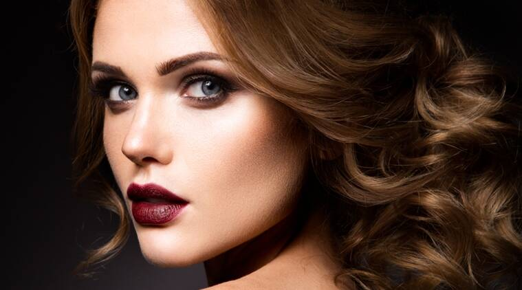 Maintaining your make-up during monsoons can be quite tricky. Opt for light make-up during this season. (Photo: Thinkstock)
