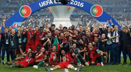Football Soccer - Portugal v France - EURO 2016 - Final - Stade de France, Saint-Denis near Paris, France - 10/7/16 Portugal celebrate with the trophy after winning Euro 2016  REUTERS/Carl Recine Livepic