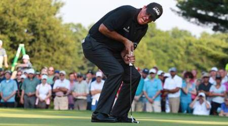Mickelson makes cut despite horror start