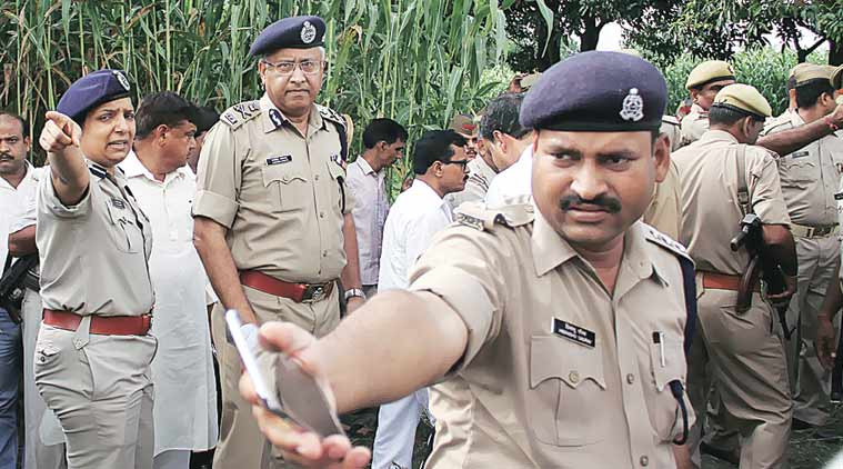 uttar pradesh, up dgp, javeed ahmad, taser gun, up dgp taser gun, taser gun video, taser gun up dgp, india news