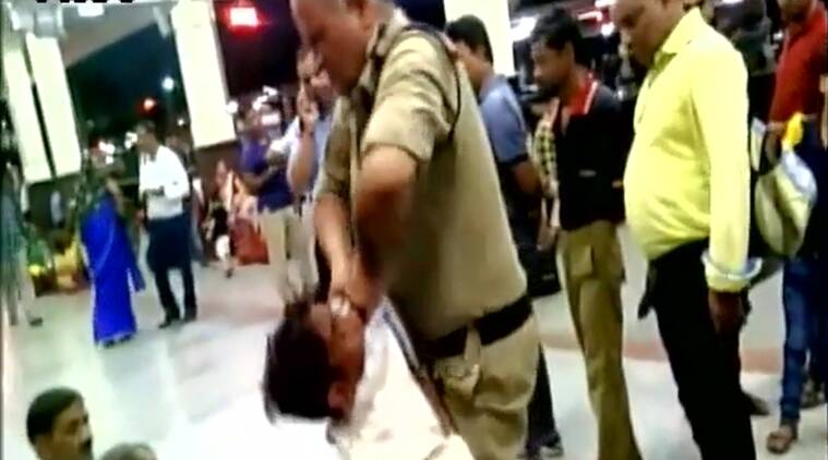 madhya pradesh, gwalior, GRP constable, thief thrashed, policeman thrashes thief, thief thrashed unconscious, gwalior railway station, policeman thrashing thief