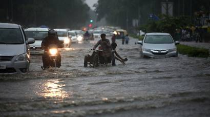 Heavy rains cause severe traffic congestion in Delhi