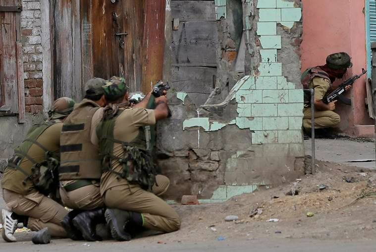 Indian policemen take position near the site of a gunbattle in Srinagar, Indian controlled Kashmir, Monday, Aug. 15, 2016. Officials said that a few paramilitary soldiers have been wounded after suspected rebels fired at them as India celebrated its Independence Day. (AP Photo/Mukhtar Khan)