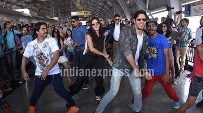 Baar Baar Dekho: Katrina Kaif, Sidharth Malhotra dance on Kala Chashma with fans at metro station