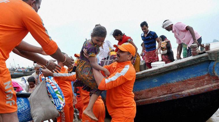 Patna: NDRF personnel shifting flood affected people to safety at Nakta Diyara in Patna district on Monday. PTI Photo (PTI8_22_2016_000255A)