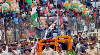 PV Sindhu, coach Pullela Gopichand receive rousing reception on India return