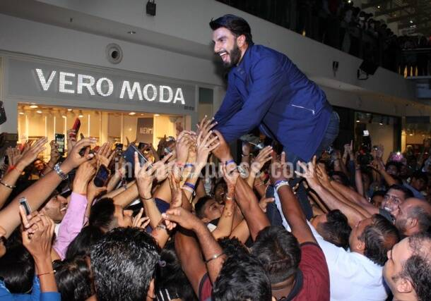Ranveer Singh, Ranveer Singh fans, Ranveer Singh selfie, Ranveer Singh fan frenzy, Ranveer Singh wild, Ranveer Singh dance, Ranveer Singh crowd, Ranveer Singh entertains crowd, Ranveer Singh oberoi mall, Ranveer Singh mumbai, Ranveer Singh photos, Ranveer Singh crazy, Entertainment, Bollywood news,