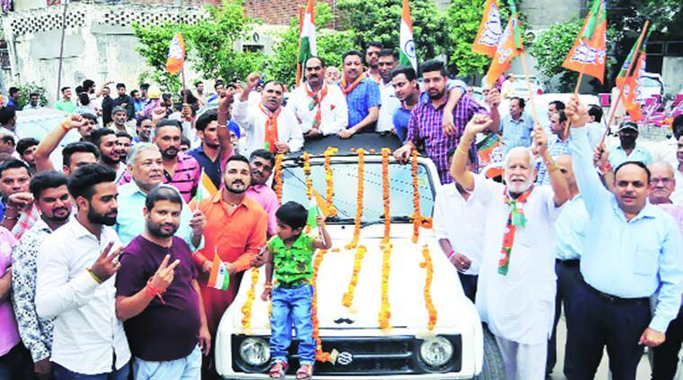 BJP youth srinagar, bjp youth hoist national flag in srinagar, 200 bjp youth hoist national flag, bjp youth independence day in srinagar, bjp youth tiranga yatra srinagar, bjp lal chowk hoist national flag, latest news, indian express news