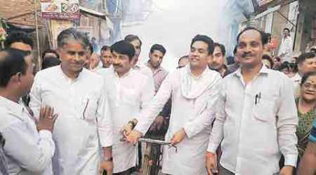 For once, AAP minister, BJP MP join hands to fog the streets of Delhi