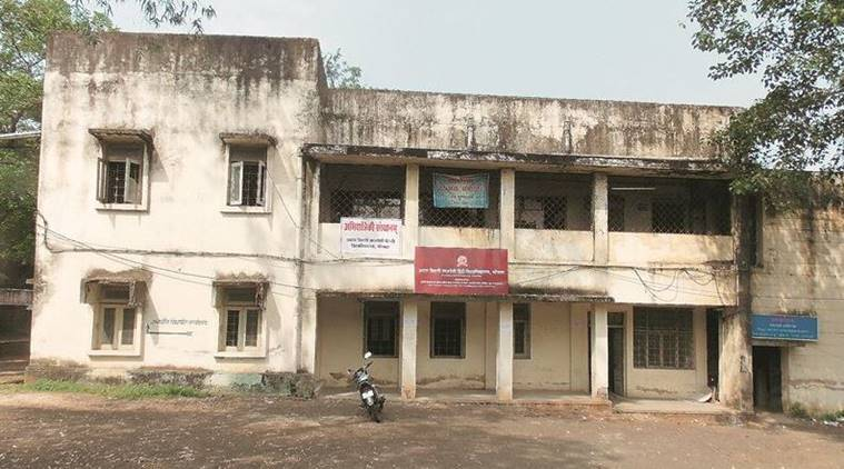 At 10.20 am, the university currently operates from the old Vidhan Sabha building. The teacher is yet to arrive