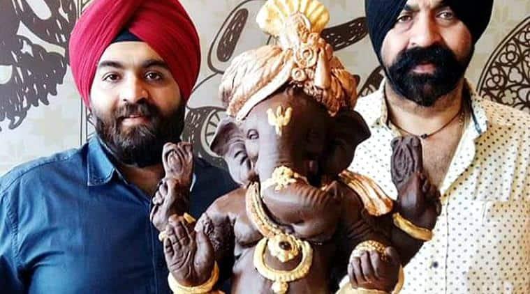 Harjinder Singh (L) and Satinder with the 40 kg Belgian chocolate Ganesha. (Source: Facebook/Harjinder Singh Kukreja)