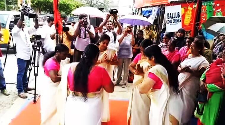 women dance to protest potholes in Kerala, potholes in kerala, kerala, onam, women protest kerala potholes, women protest potholes in kerala, women protest dance potholes in kerala, kerala women dance to protest potholes, indian express, indian express news