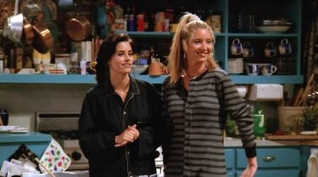 Lisa Kudrow reunites with Courteney Cox for Friends game