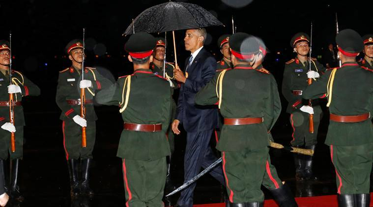 U.S. President Barack Obama (C) is greeted with an honor guard and red carpet as he arrives aboard Air Force One, ahead of the ASEAN Summit, at Wattay International Airport in Vientiane, Laos September 5, 2016. REUTERS/Jonathan Ernst     TPX IMAGES OF THE DAY