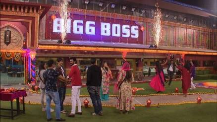 bigg boss, bigg boss 10, bigg boss 10 review, bigg boss october 28, bigg boss diwali celebration, bigg boss friday episode, bigg boss lokesh navin, bigg boss selfie, bigg boss video, bigg boss show, bigg boss summary, bigg boss pictures, bigg boss images, bigg boss news, television updates, indian express, indian express news