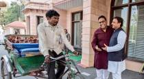 Thanks to traffic jams in Lucknow, Paytm CEO visits Akhilesh Yadav on a rickshaw! Really
