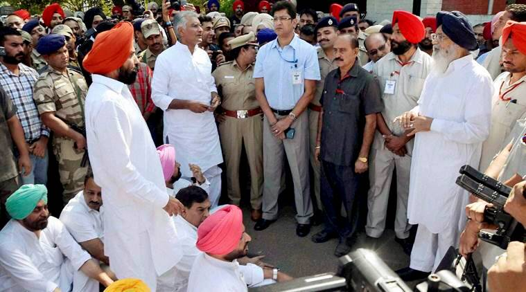 Chandigarh: Congress leader Charanjit Channi, Punjab Congress MLAs Sunil Jakhar and Kuljit Nagra meet Punjab CM Parkash Singh Badal demanding action against Ludhiana Police Commissioner Jatinder Singh Aulakh and dismissal of SP Jaswinder Singh for registering cases of murder and kidnapping against Congressmen following a clash with Akali workers, in Ludhiana on Thursday. PTI Photo (PTI10_13_2016_000293A)
