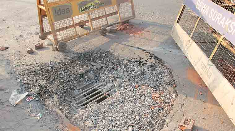 Gurgaon, concrete slab railway overhead bridge, railway overhead bridge fell, delhi news, gurgaon news, india news