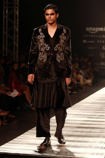 AIFW SS17: Ashish Soni And Rajesh Pratap Singh Spell Monochromatic magic