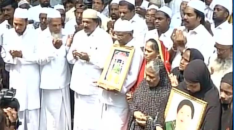 Supporter praying for Jayalalithaa's health outside Apollo Hospital, Chennai. (Source: Twitter/@ANI_news)