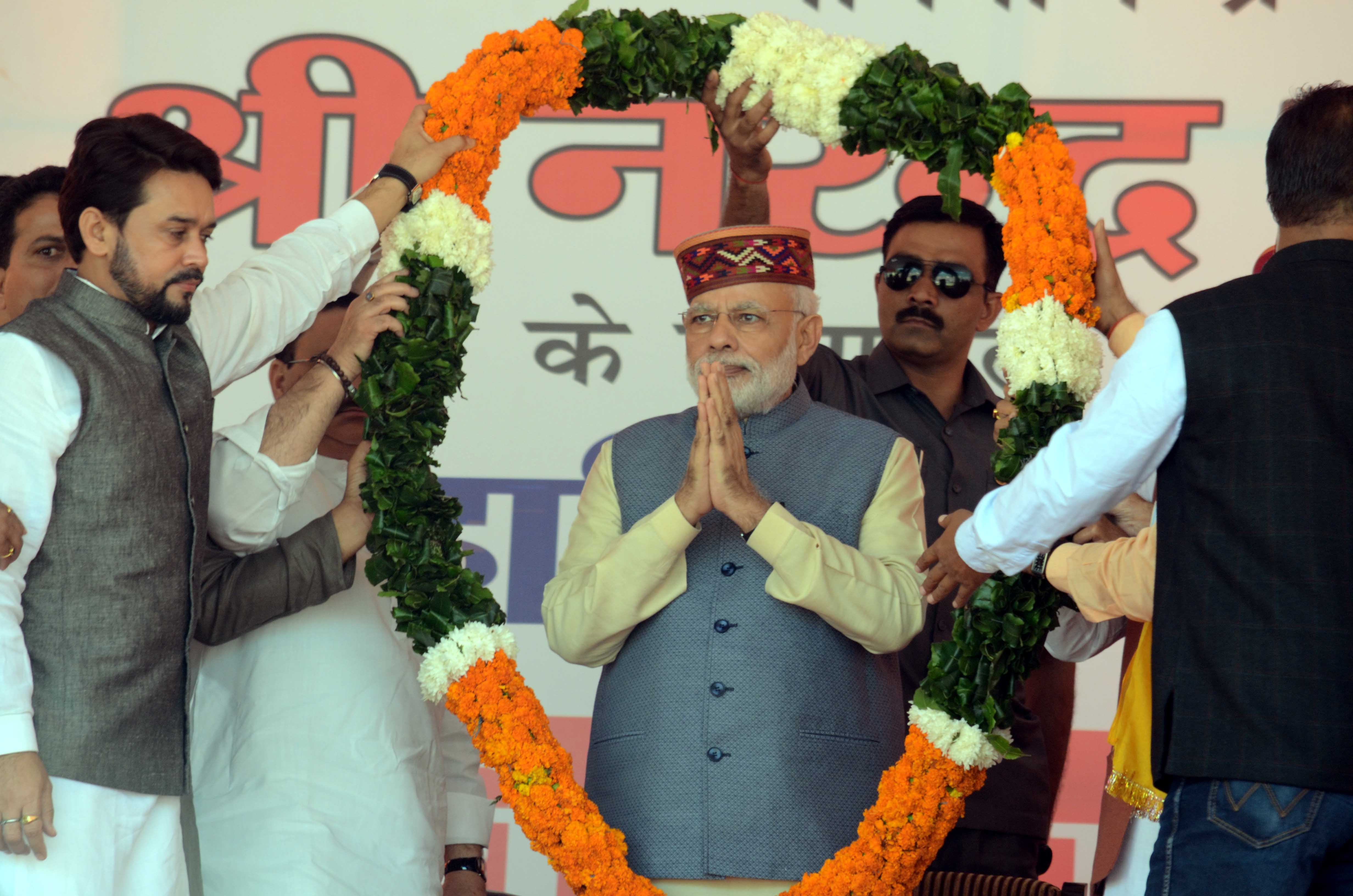 Prime Minister Narendra Modi being warm welcome by party leaders in Mandi on Tuesday. Express photo by Lalit Kumar. 18.10.2016.