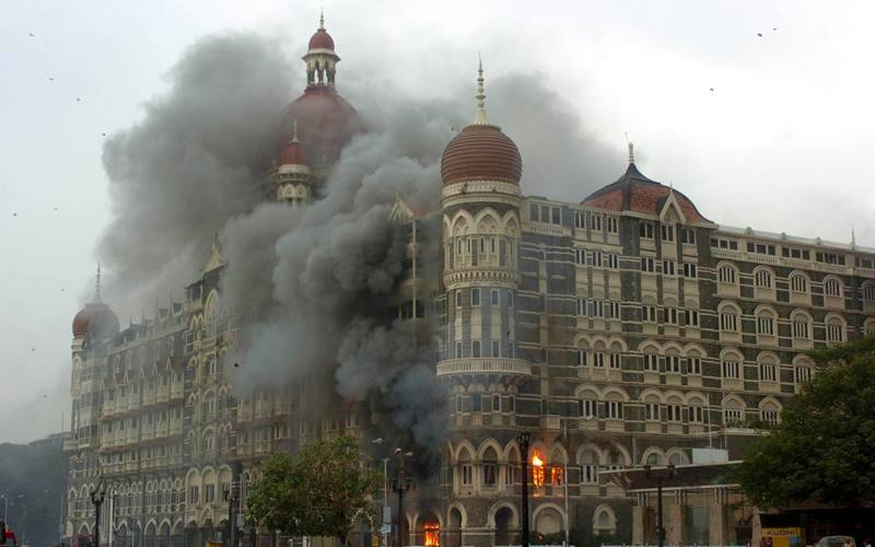 Heavy smoke from Taj Mahal Hotel set on fire by the terrorist on early Satruday morning. Express photo by Ganesh Shirsekar. Mumbai 29/11/08