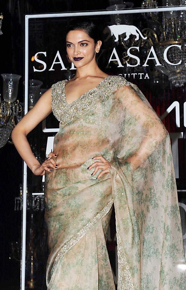 Indian Bollywood actress Deepika Padukone poses for a photograph during Lakme Fashion Week (LFW) Winter/Festive 2016 in Mumbai on late August 28, 2016. / AFP / SUJIT JAISWAL