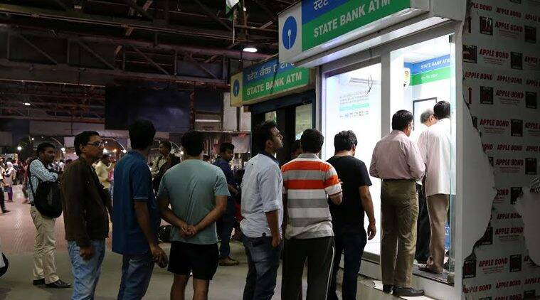 Que outside ATM center after PM Modi announced 1000 and 500 rs notes not working in regular use at ATM in Mohammad Ali Road. Express photo by Prashant Nadkar, 08th November 2016, Mumbai.