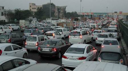 toll plaza, demonetisation, toll plaza traffic, bank rush, salary day, atm rush, no money, cash crunch, mumbai pune expressway, pay toll, toll booth, toll booth pay, NHAI, BOT, OMT, transport corporation of india, RFId, indian express news, india news