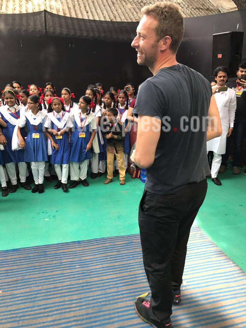 chris martin, sachin tendulkar, chris sachin, chris martin tendulkar, chris martin visits school, chris martin global citizens initiative, chris sacin schaol, chris sachin pictures, chris martin indian visit, chris martin mumbai event, entertainment updates, indian express indian express news