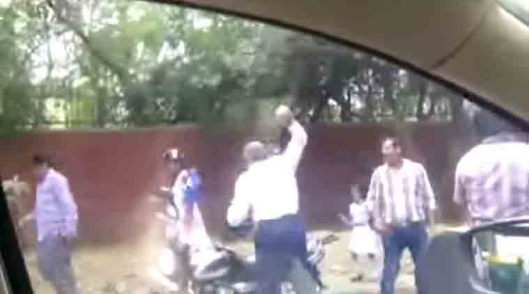 delhi police, delhi traffic police, traffic police attack woman, traffic police brick attack, delhi police brick attack, delhi news, india news