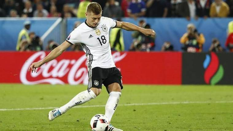 Real Madrid's Toni Kroos faces lengthy absence with fractured foot