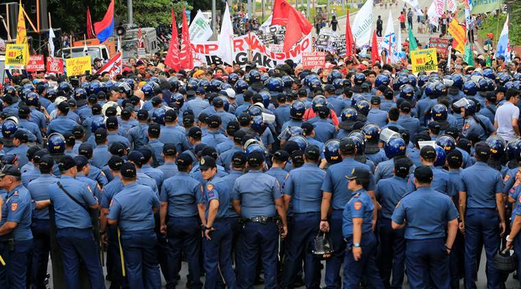 Riot police block protesters demanding the withdrawal of U.S. troops in the Philippines and in support of Philippine President Rodrigo Duterte's foreign policy, near the U.S. embassy in metro Manila, Philippines October 27, 2016. REUTERS/Romeo Ranoco