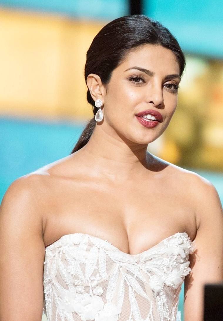 priyanka-chopra-hot-cleavage-boobs-oscars-2016-640x920
