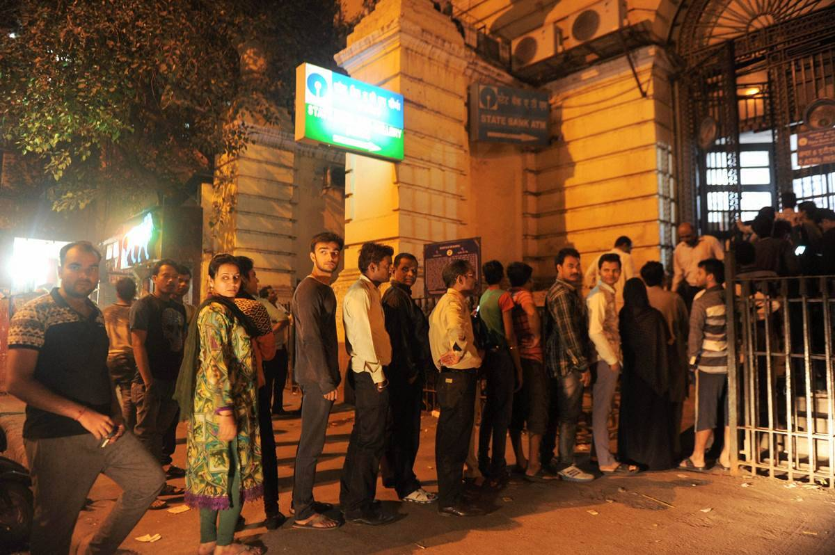 delhi, delhi banks, bank queue, delhi bank crowd, demonetisation, atms in delhi, delhi atm rush, delhi police, currency exchange banks, indian express news, india news