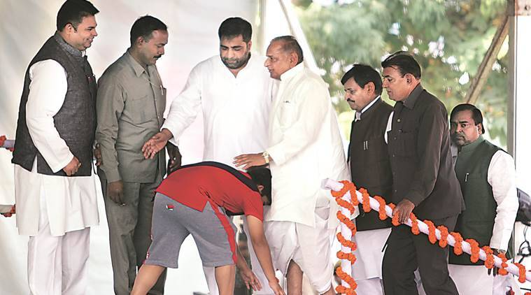 akhilesh yadav, mulayam yadav, akhilesh yadav son, vikash rath yatra, up, uttar pradesh, up vikas rath yatra, indian express, india news