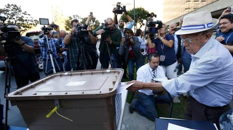 Fabio Alvarado, 91, originally from El Salvador and who was sworn in as a U.S. citizen on election day, casts his ballot during the U.S. presidential election at LA County Registrar Office in Norwalk, California, U.S., November 8, 2016.  REUTERS/Mario Anzuoni
